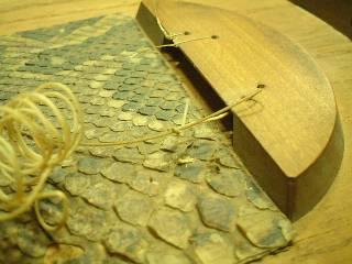 修理月琴に残っていた古い糸